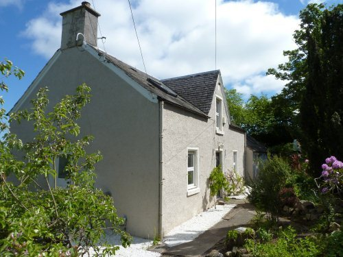 Lovely detached house located on the hill just outside the popular village of Abernethy.