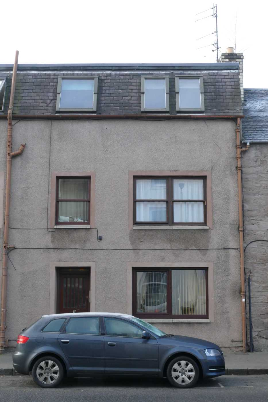 We are pleased to offer for rent this bright top floor studio flat located in the heart of the city centre. The property is part furnished with an open plan L shaped layout, comprising of living area with kitchen and a separate bathroom.