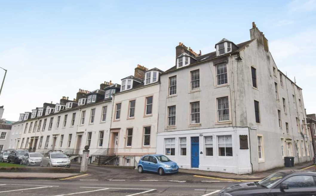 We are delighted to bring to the market this second floor one bedroom flat. Overlooking the North Inch, in the city centre of Perth.